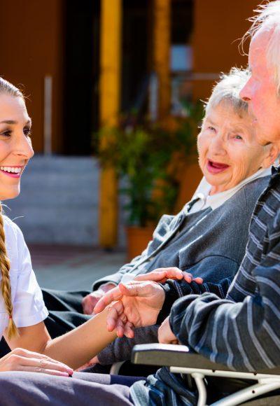 Weiterbildung Altenpflege: Gehalt, Fernstudium, Studium & Perspektive