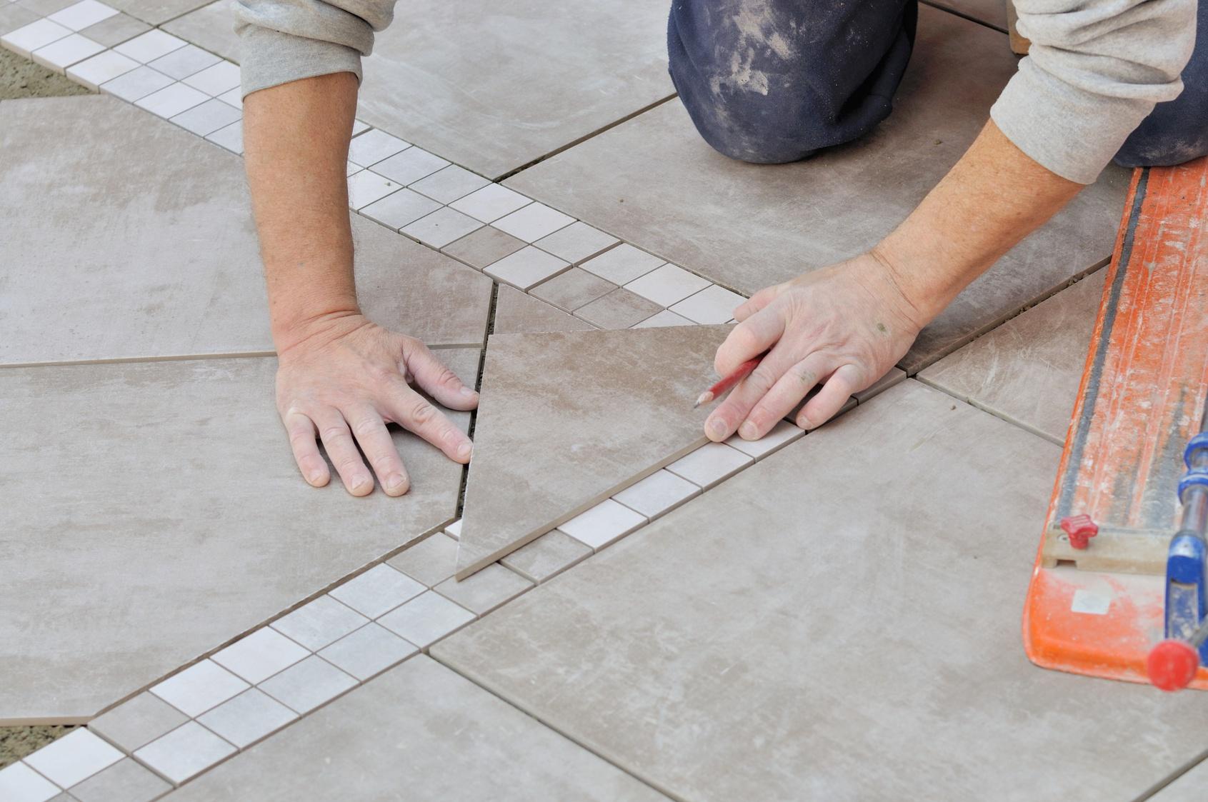 Układanie wzorów z płytek podłogowych