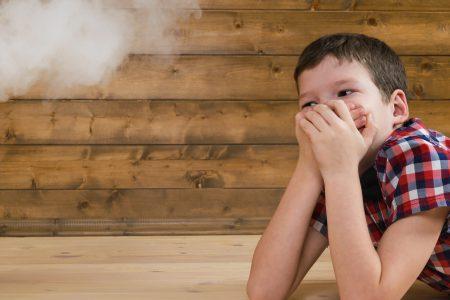Rauchende Eltern: Dampf der E-Zigarette schädigt Kinder!