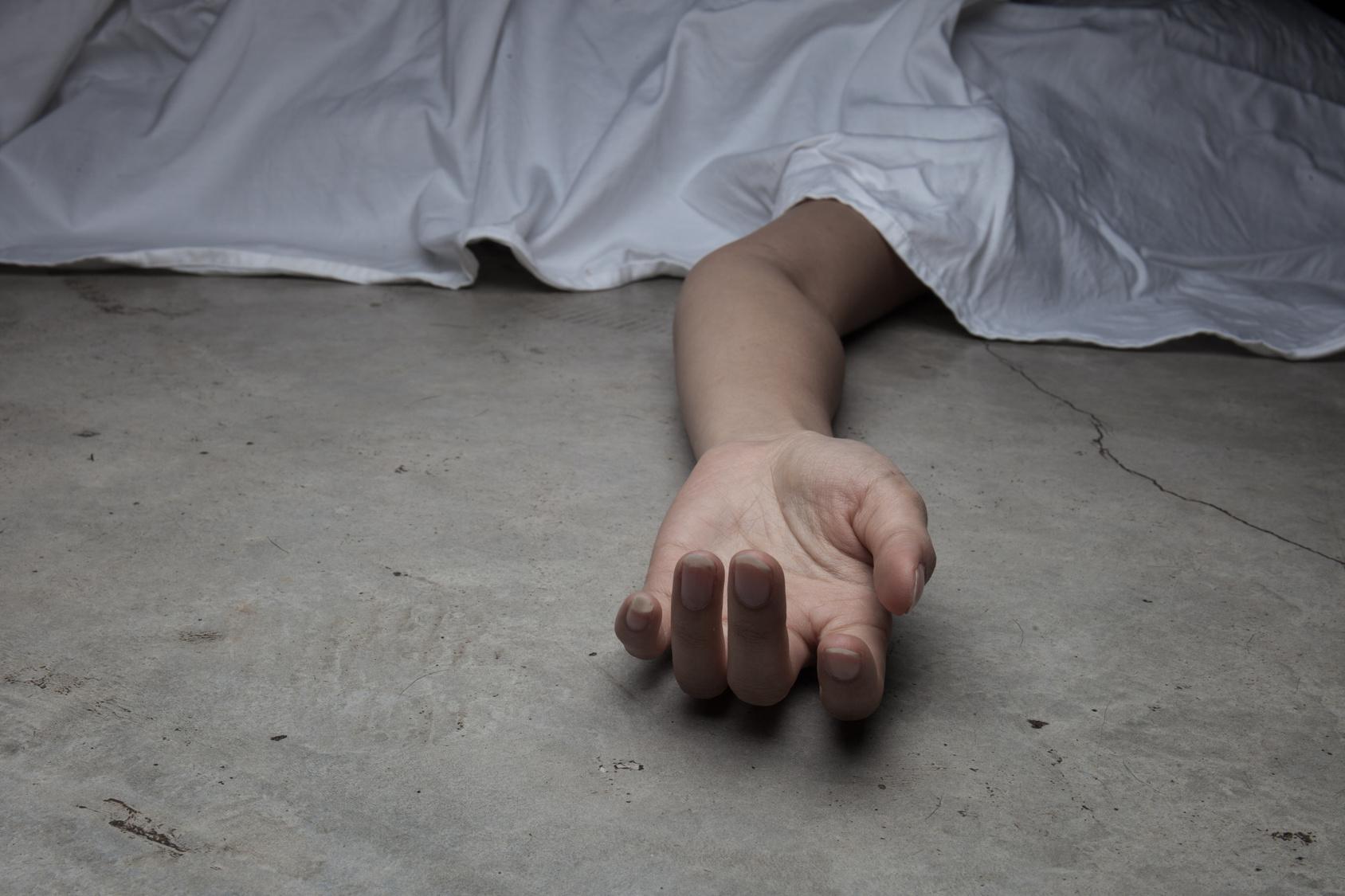 Frau bricht beim Kochen zusammen und stirbt