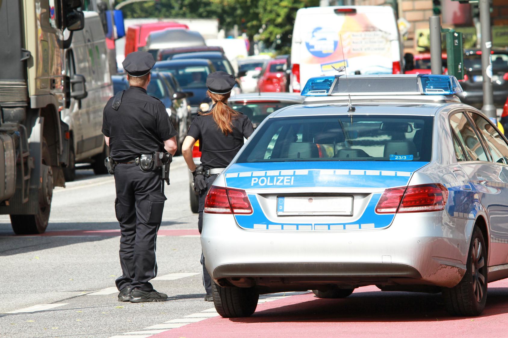 Irrer schießt mit Schrotflinte auf seine Freundin und fährt mit Waffe durch Hamburg