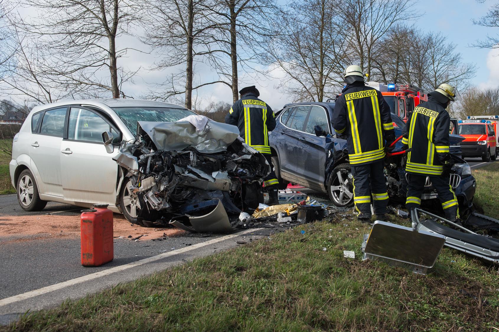 Neugierige Gaffer hindern Rettungskräfte nach Unfall Mehrere Schwerverletzte