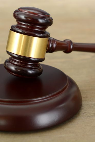 Sie liest lieber Zeitung: ohne Anwalt: 70-jährige klagt gegen Rundfunk-Gebühren