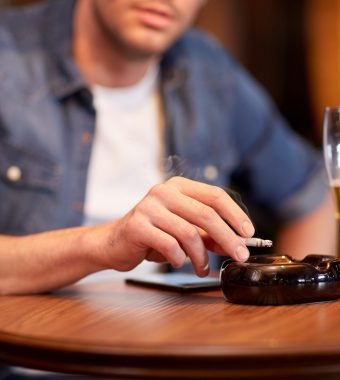 Darum steigert Alkohol das Verlangen nach einer Zigarette!