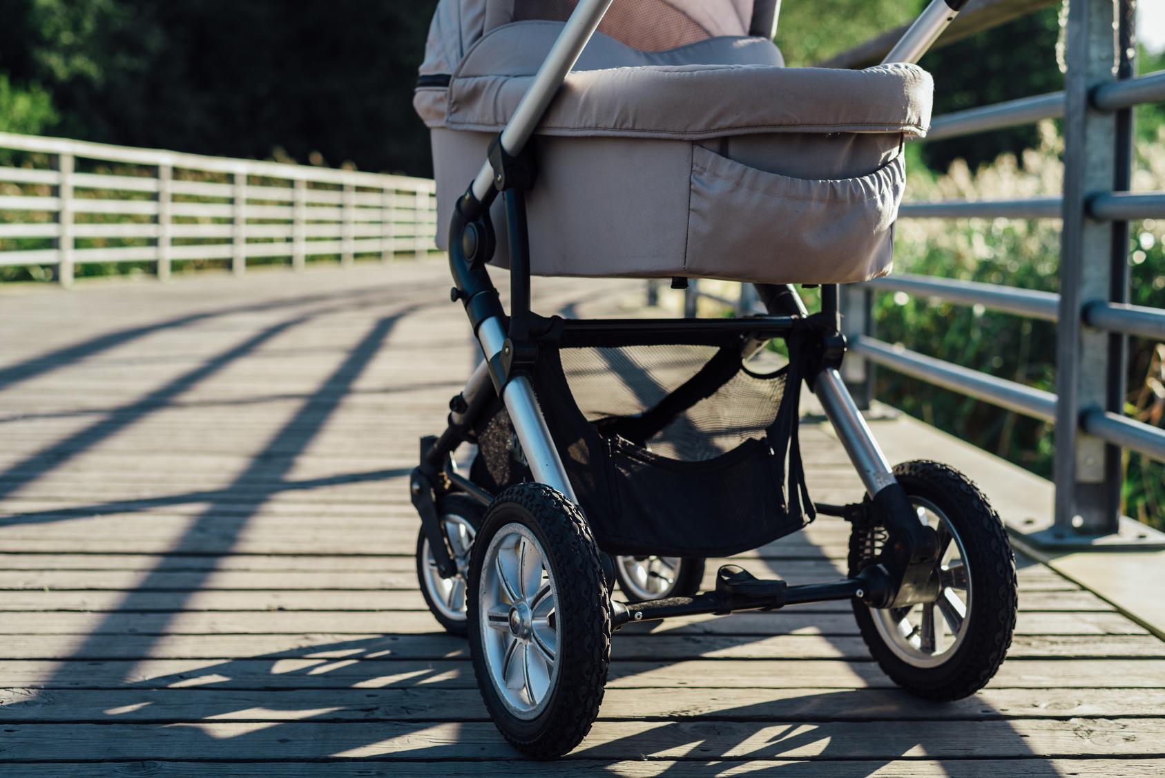Kinderwagen einfach an Auto gehängt Rentner fahren mit Enkel spazieren