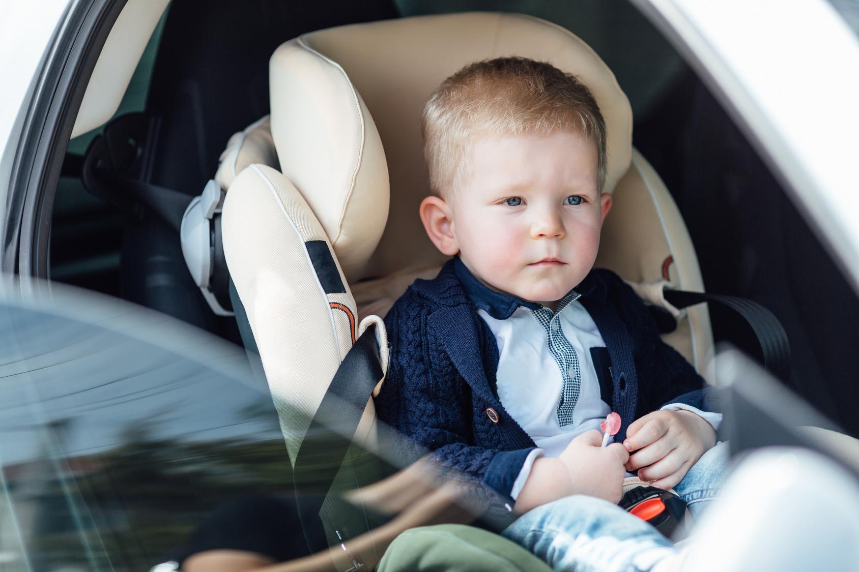Kleinkind schließt sich versehentlich selbst im Auto ein