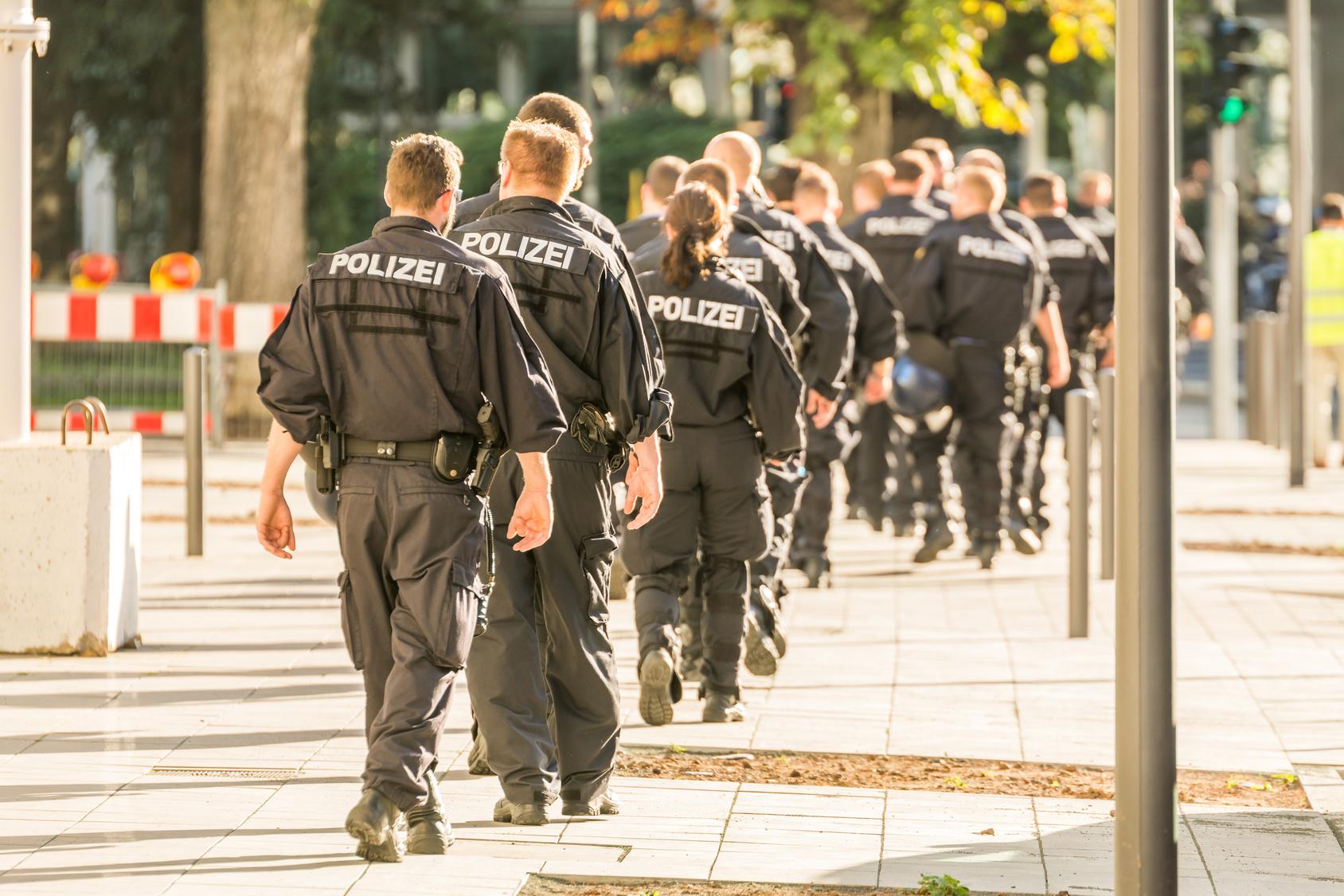 Nach Baby-Mord Stadt trauert, Polizei rätselt!