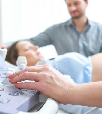 Schock bei diesem Ultraschall: Beine von Baby hängen aus der Gebärmutter