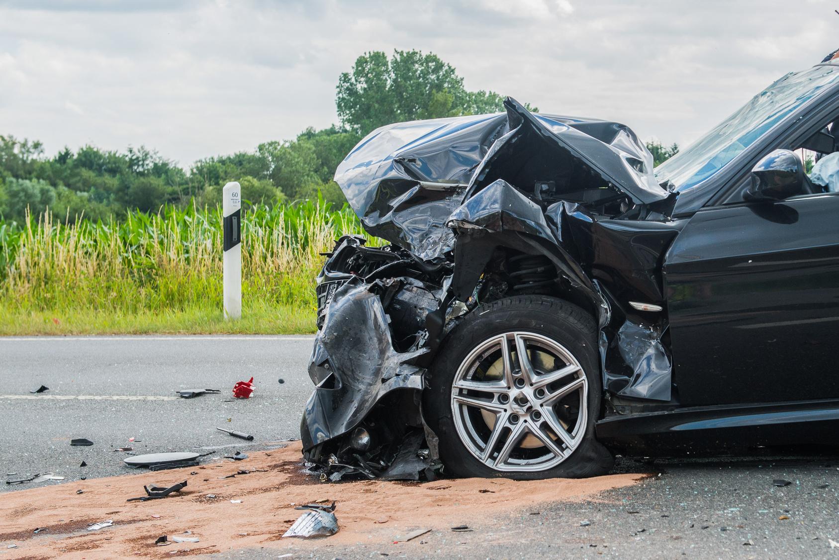 Unglaublich Mann baute Unfall und ließ schwer verletzte Frau zurück