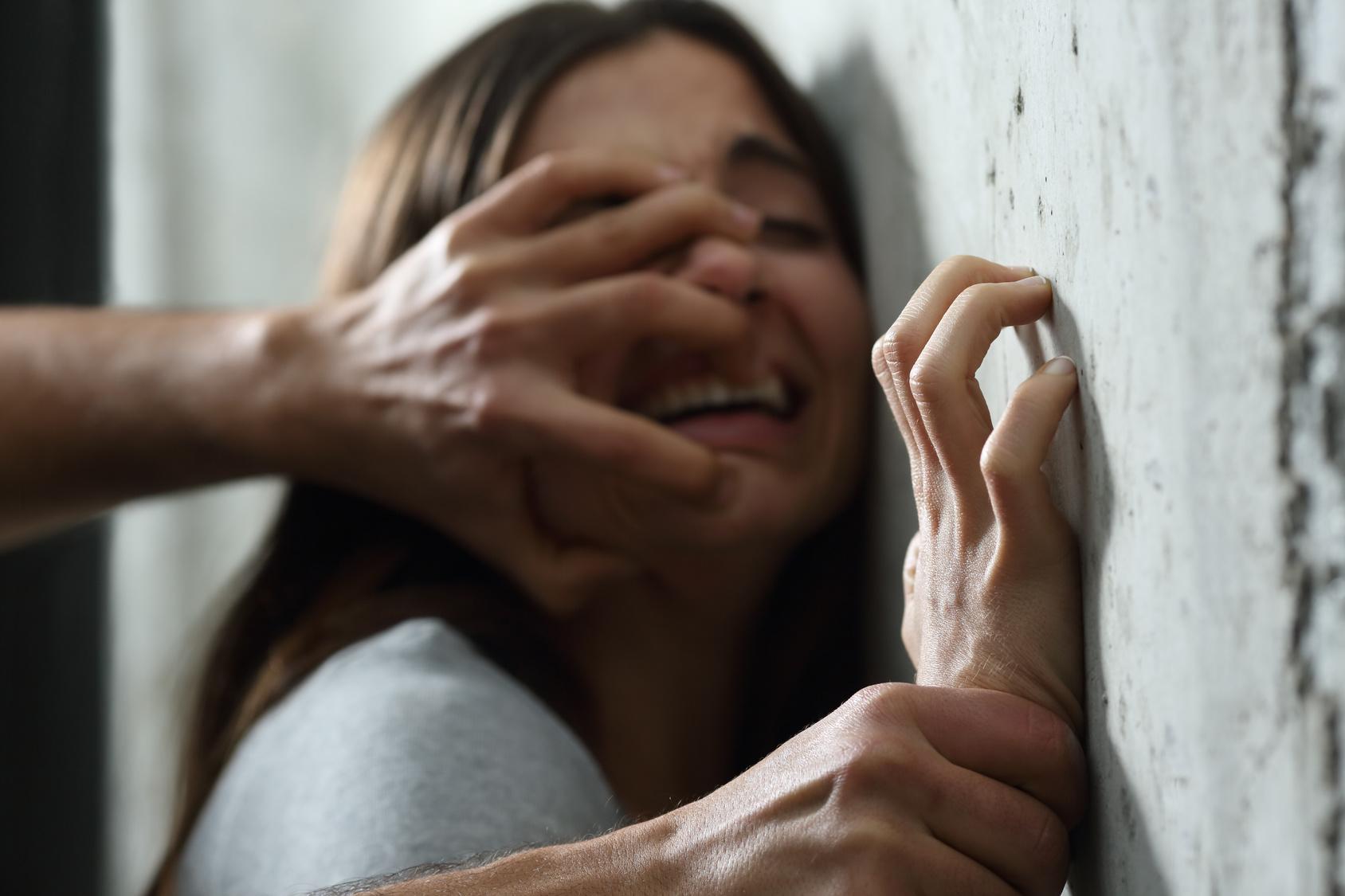 Zwei Männer vergewaltigen 13-Jährige Zuhause