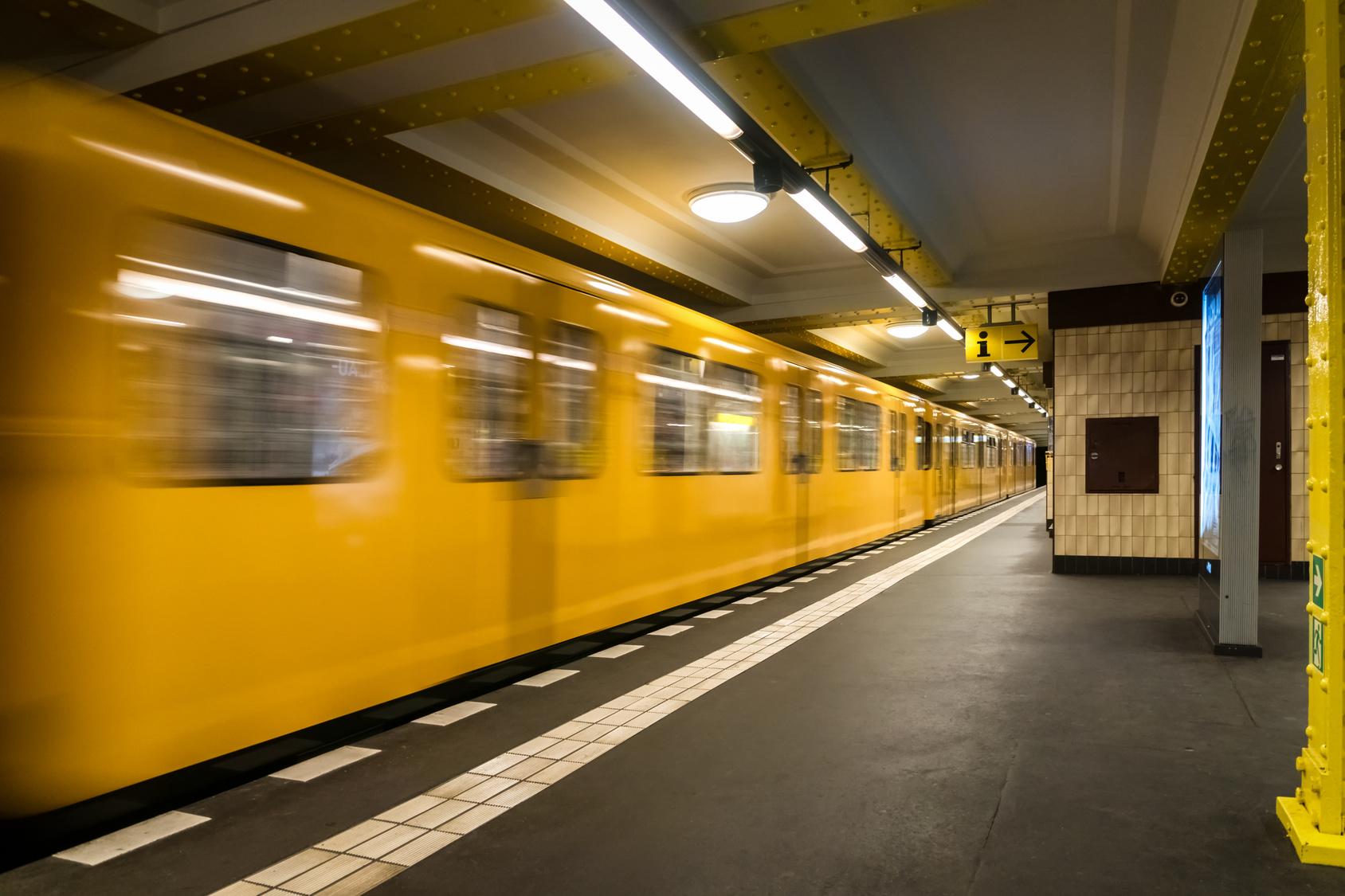 18-jährige Frau vor die U-Bahn geschubst - Täter auf der Flucht