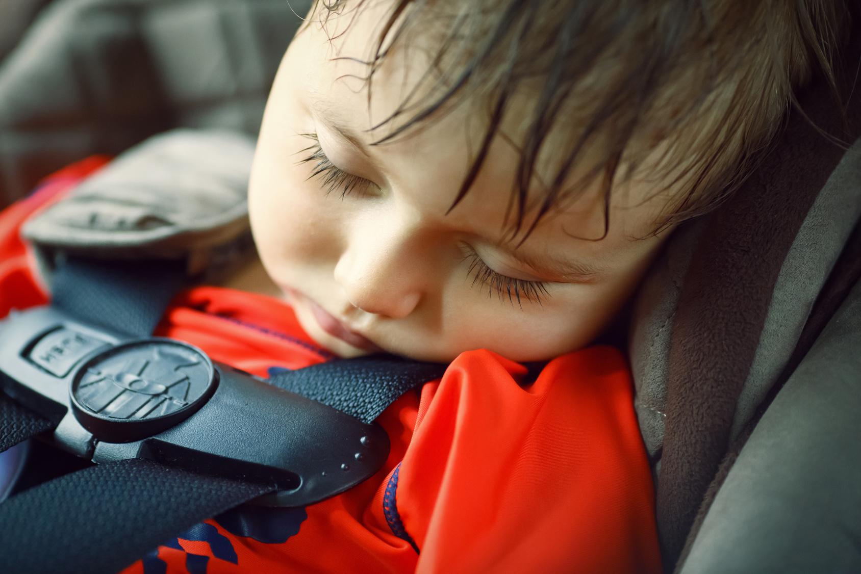 Eltern lassen Kind in Auto zurück - Feuerwehr misst 50 Grad im Wagen