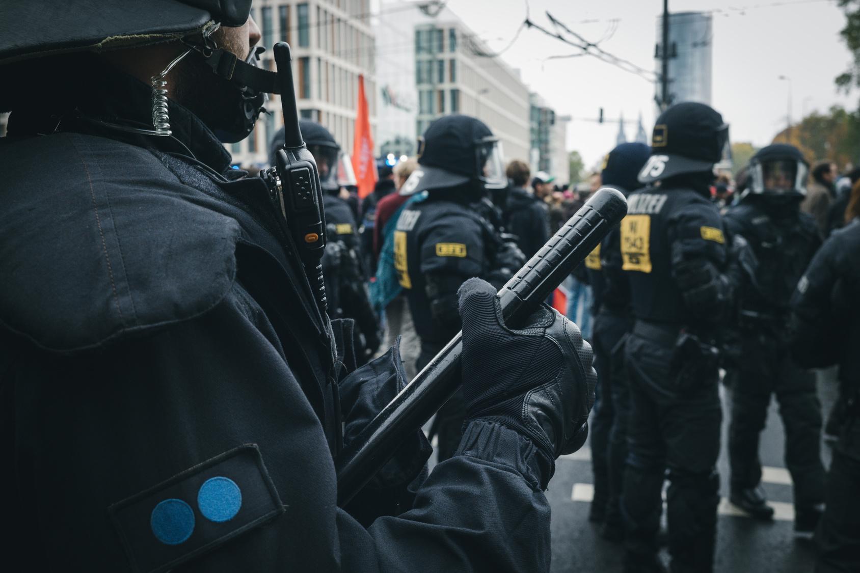 Er könnte sein Augenlicht verlieren: Randalierer wirft Polizist Böller ins Gesicht