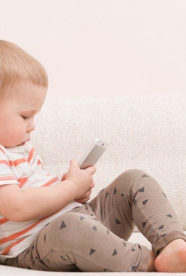 Erschreckend: Das passiert wenn Kleinkinder schon mit Smartphones spielen