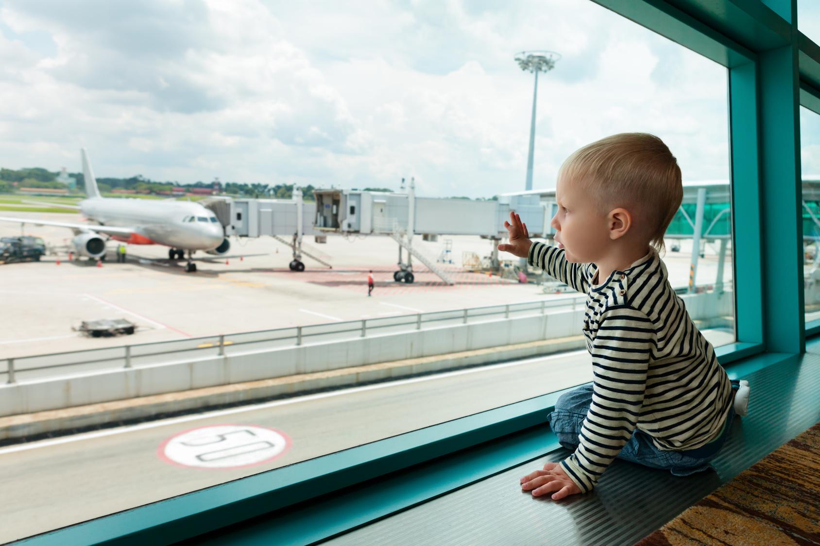 Ohne sorgeberechtigten Elternteil wenn das Kind allein verreist