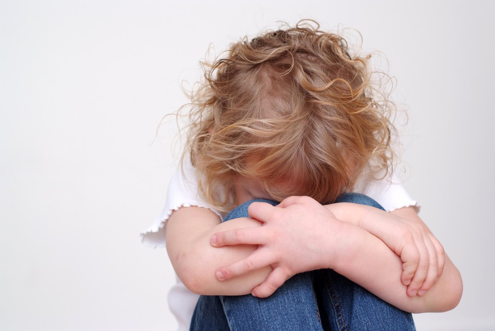 Schreckliches Video: Kinderschänder entreißt Mutter brutal ihre 13-jährige Tochter!