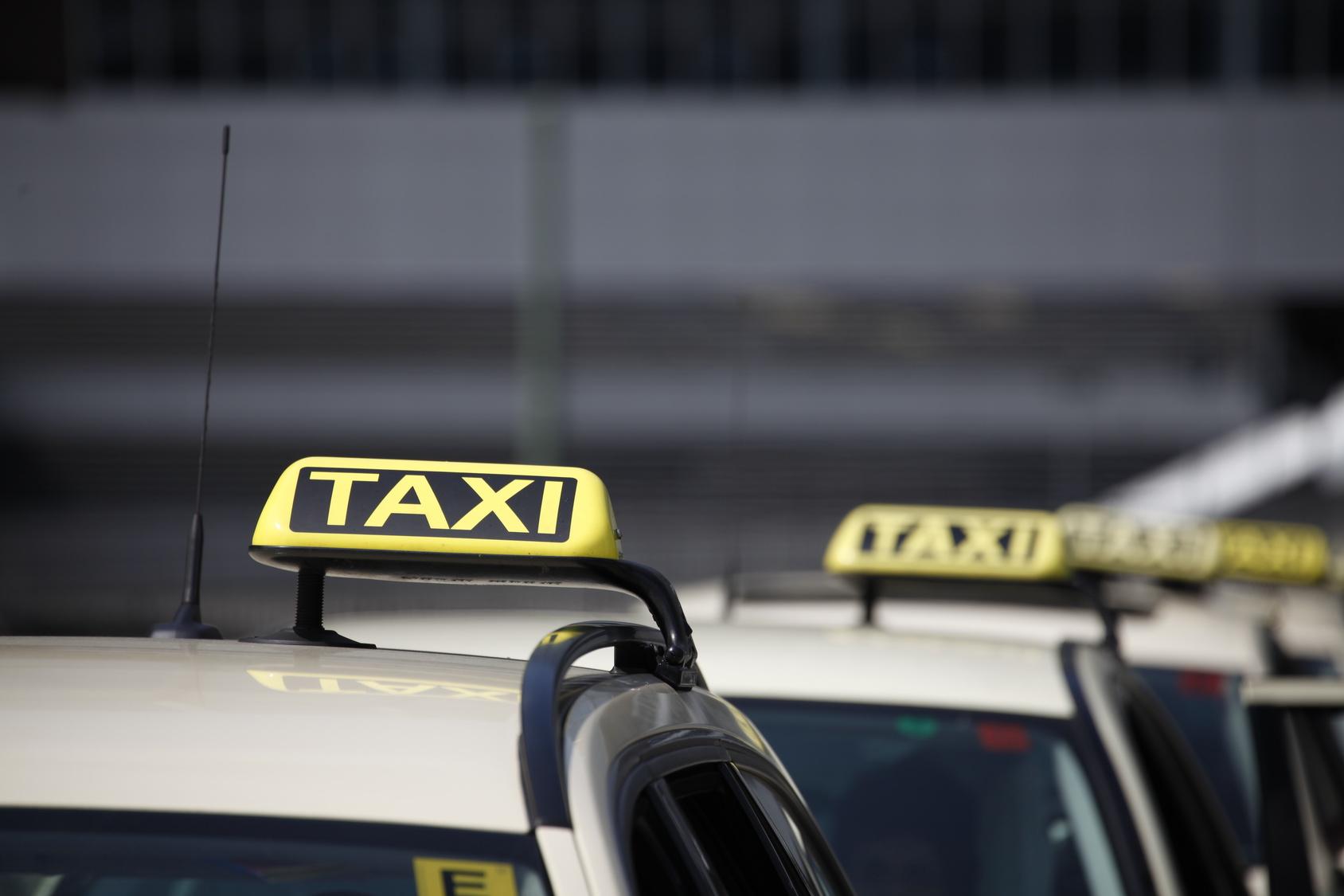 Taxifahrerin findet auf der Rückbank 20.000 Euro!