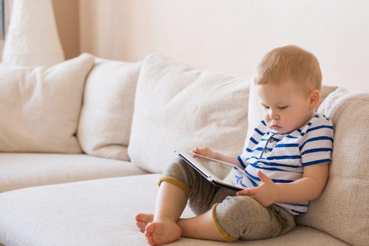 Studie: Smartphone und Co. stören Sprachentwicklung bei Babys stark!