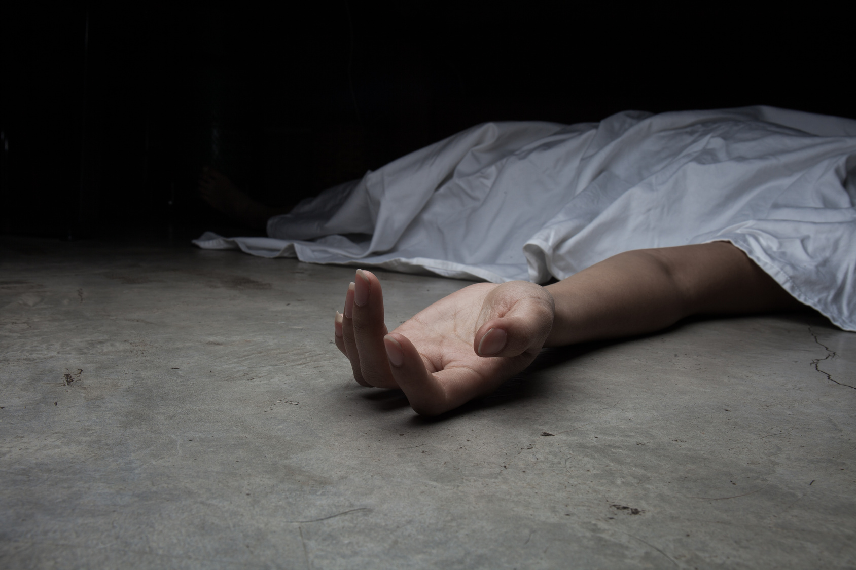Familiendrama? Dreijährige hockt ganze Nacht neben toter Mutter