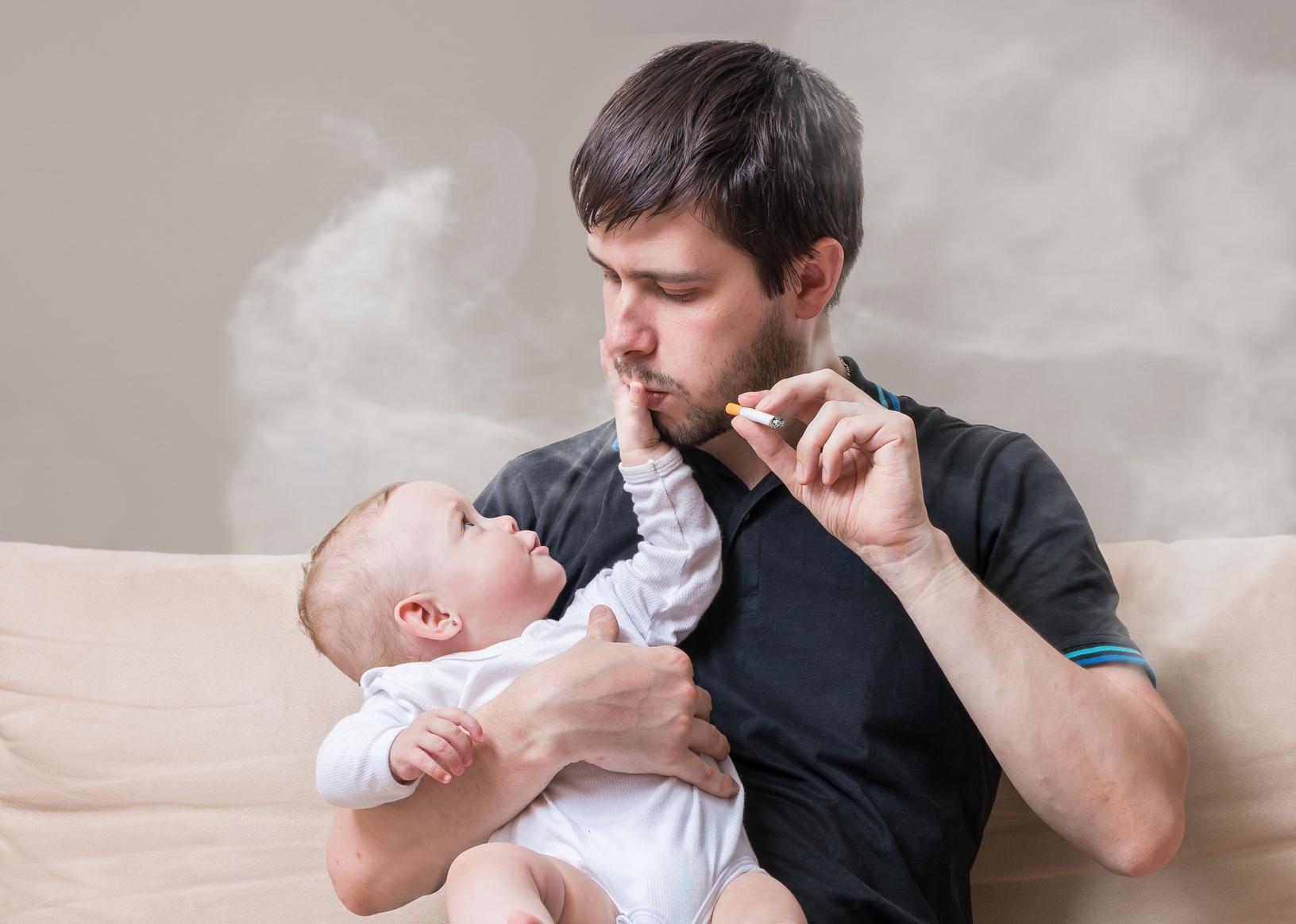 Foto von rauchendem Baby im Netz - Polizei ermittelt