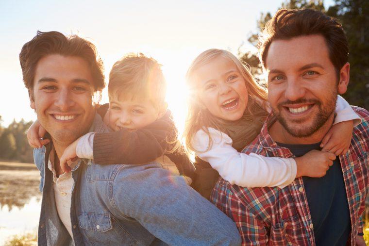 Schwule oder lesbische Eltern: Entwicklung der Kinder besser als in