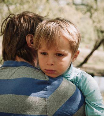 Zu wenig Liebe: Das passiert im Gehirn von Kindern!