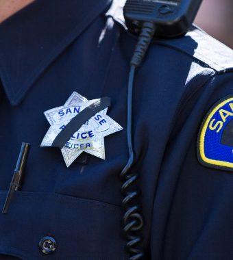 Verkäuferin vermöbelt Räuber, übergibt ihn der Polizei – und wird gekündigt!