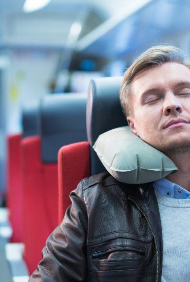 Bereits per Haftbefehl gesucht: Asylbewerber rauben schlafenden Reisenden aus!