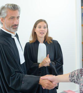 Bei sich Zuhause: Richter bedrängt Auszubildende sexuell!