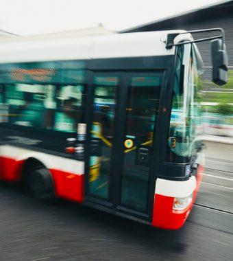 Vollbesetzter Schulbus rast in Häuserwand: Viele Verletzte!