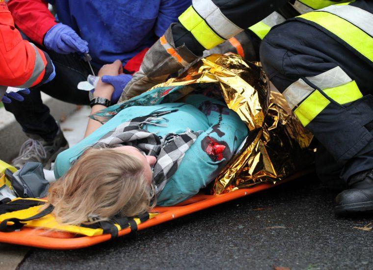 Bergung eingeklemmter Frau behindert: Zahlreiche Gaffer sorgen für Ärger bei Rettungskräften!