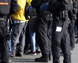 Mit Macheten und Schlagstöcken: Asylbewerber treffen sich zu Massenschlägerei!