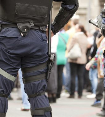 Polizei wird attackiert: Abschiebung von Asylbewerber durch aggressive Meute verhindert!