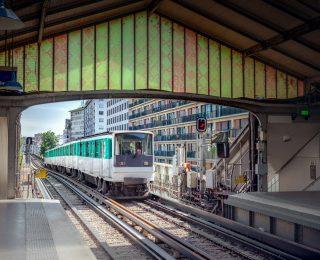 Wollte er Abschiebung verhindern? – Abgelehnter Asylbewerber greift sich Kind (5) und springt vor Zug!
